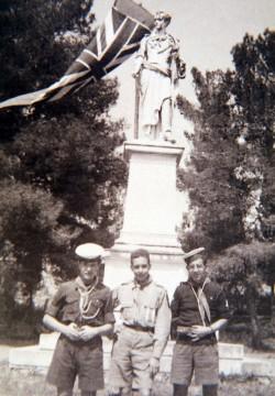 (14 Απριλίου 1946) - Ο Κωνσταντίνος Στεφανόπουλος, στο κέντρο ως βαθμοφόρος της 2ης Ομάδας Πάτρας, στις γιορτές Εξόδου του Μεσολογγίου.